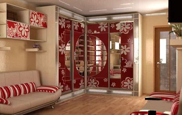 угловой шкаф в интерьере гостиной с рисунком фотопечатью