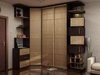 угловой шкаф с бамбуком в интерьере гостиной
