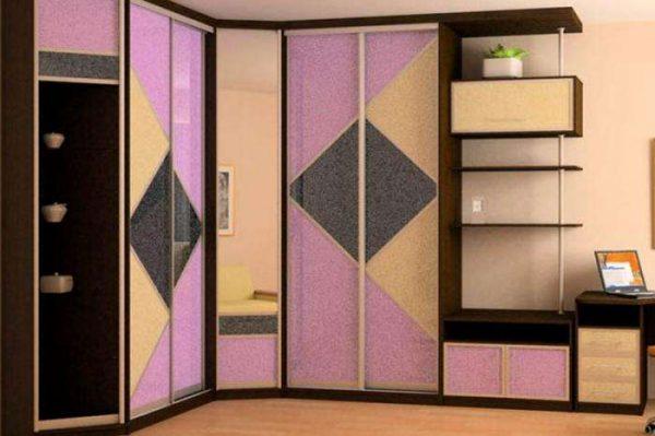 угловой шкаф в интерьере гостиной с оригинальным рисунком разноцветными стёклами