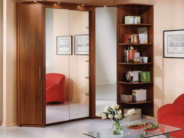 угловой шкаф в интерьере гостиной с зеркальными фасадми