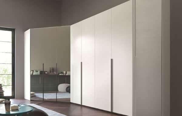 угловой шкаф с глянцевыми и зеркальными поверхностями в интерьере гостиной