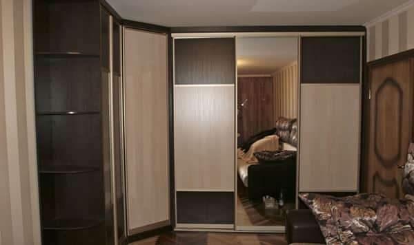 угловой шкаф купе с глухими фасадами и встроенным зеркалом в интерьере гостиной