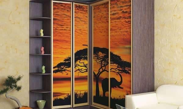 угловой шкаф в интерьере гостиной с рисунком саваны