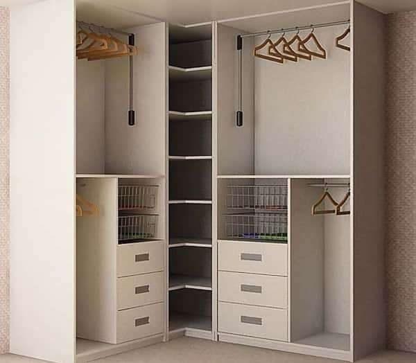 угловой шкаф в раскрытом виде в интерьере гостиной