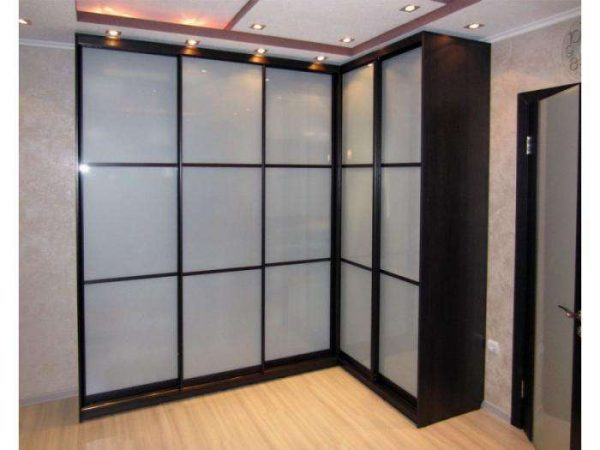 угловой шкаф в интерьере гостиной со стёклами и подсветкой