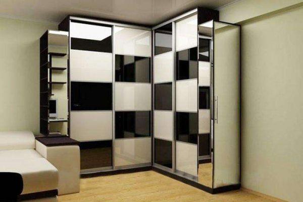 угловой шкаф в шахматном оформлении в интерьере гостиной