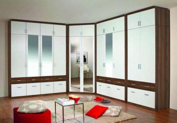 угловой шкаф с зеркалом в интерьере гостиной