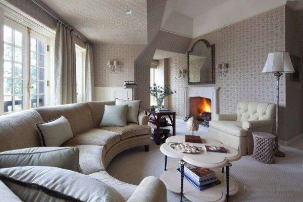 полукруглый угловой диван в светлой гостиной