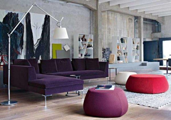 фиолетовый угловой диван с открытыми ножками в интерьере гостиной