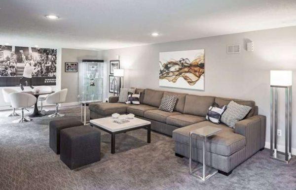 П-образный угловой диван в интерьере гостиной