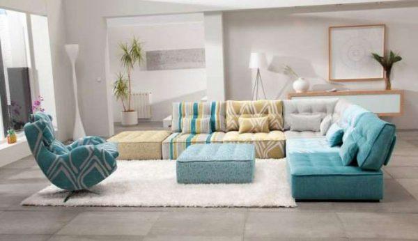 угловой диван голубого цвета в интерьере гостиной