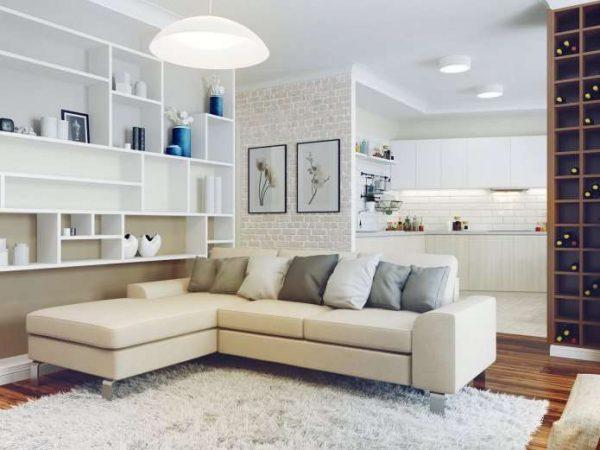 угловой светлый диван в интерьере гостиной
