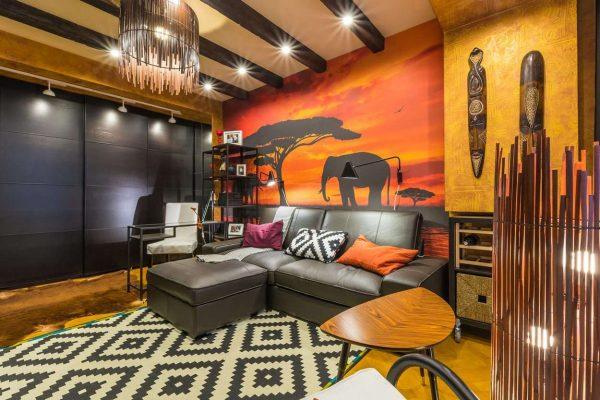 угловой диван в интерьере гостиной в африканском стиле