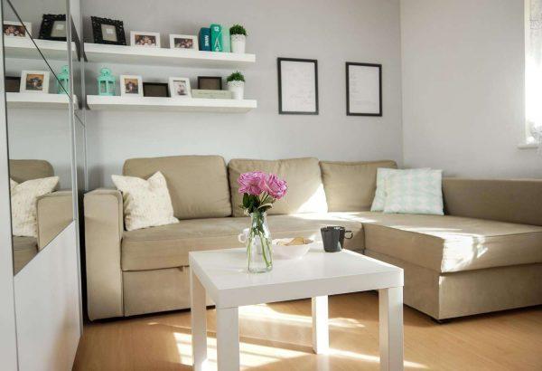 угловой диван бежевого цвета в интерьере гостиной