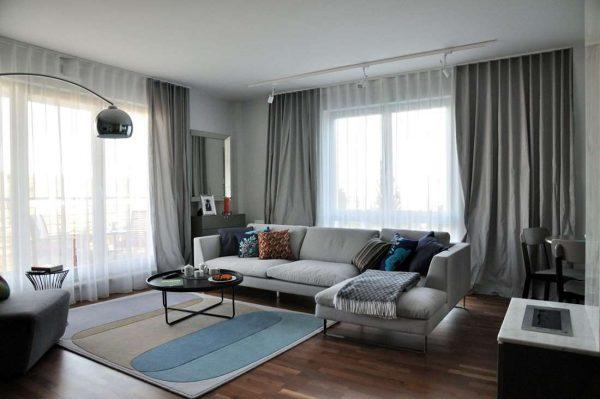 серый угловой диван в гостиной