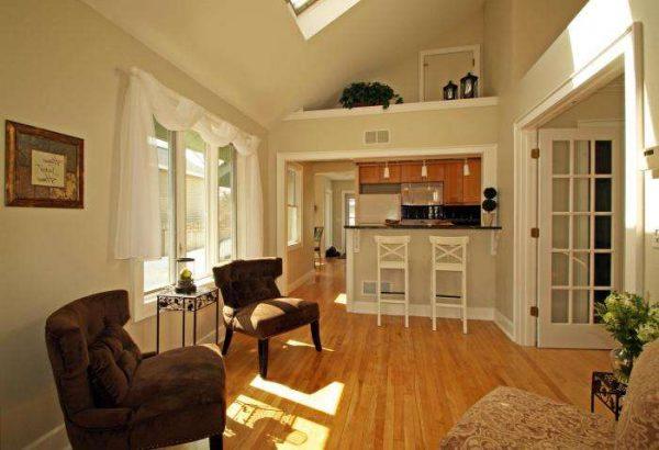 зонирование с помощью барной стойки на совмещённой кухне гостиной 20 кв. метров