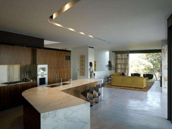 в интерьере кухни-гостиной 20 кв.м. зонирование барной стойкой и диваном