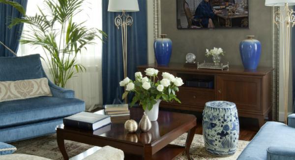 голубые вазы в интерьере гостиной