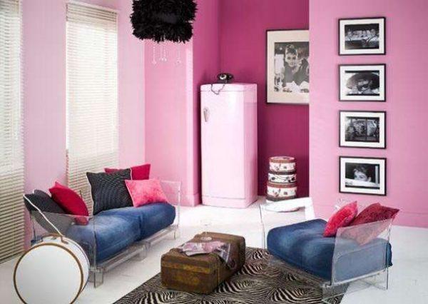 розовые стены отлично сочетаются с синей мебелью