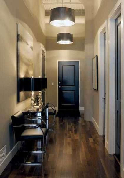 чёрная мебель в маленькой прихожей в квартире