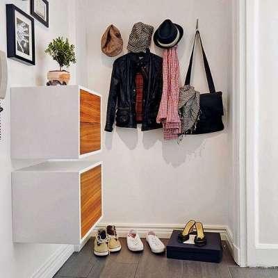 крючки на стене в маленькой прихожей в квартире