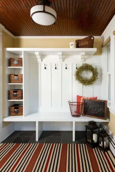 белый шкаф в маленькой прихожей в квартире