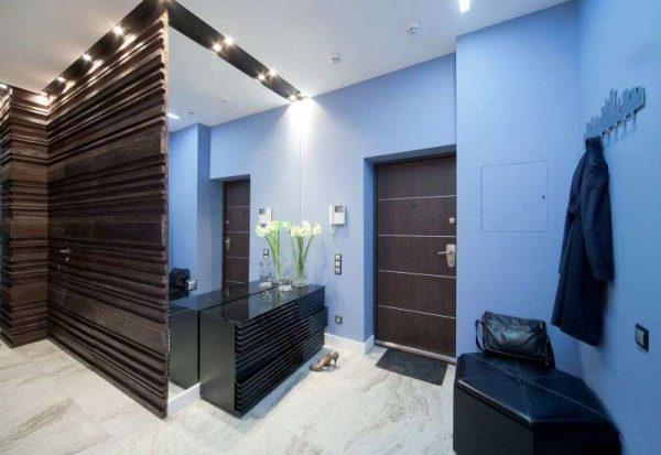 дизайн прихожей с синими стенами окрашеными