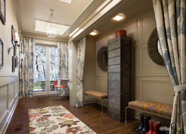 дизайн прихожей с зеркалами и оригинальными шкафчиками