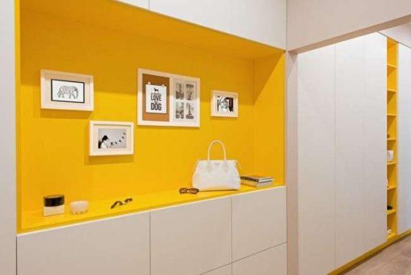 мебель жёлтого цвета в узкой прихожей