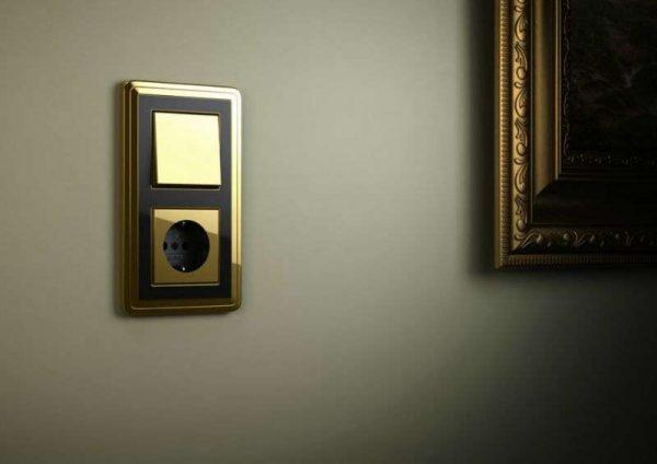 выключатели и розетки в узком коридоре