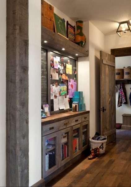 деревянная мебель в узком коридоре