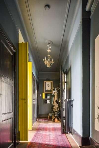 серый и жёлтый в узком коридоре