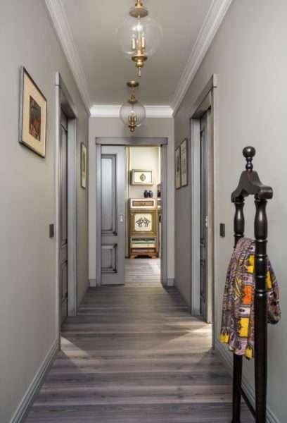напольная вешалка в узком коридоре