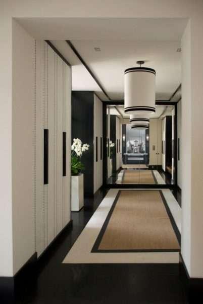 шкаф с зеркальными дверями в узком коридоре
