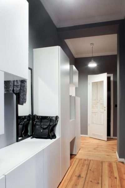 белая мебель в узком коридоре