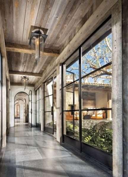 деревянное оформление в узком коридоре