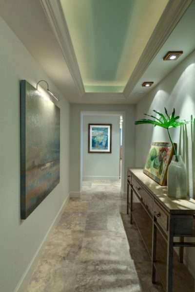 многоуровневый потолок в узком коридоре