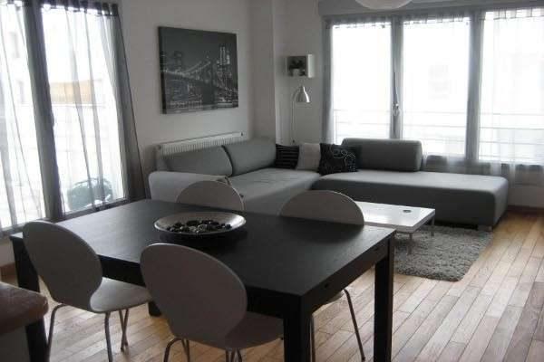 обеденный стол в интерьере гостиной в стиле хай тек