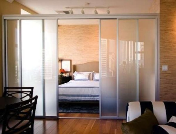 раздвижные двери в спальне-гостиной