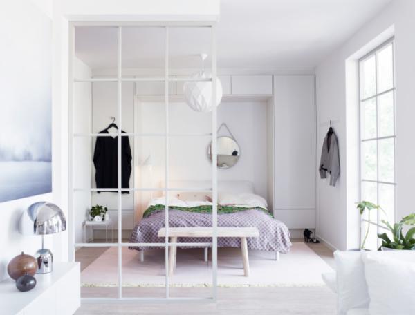 Разделение комнаты на 2 зоны спальни и гостиной в белом цвете