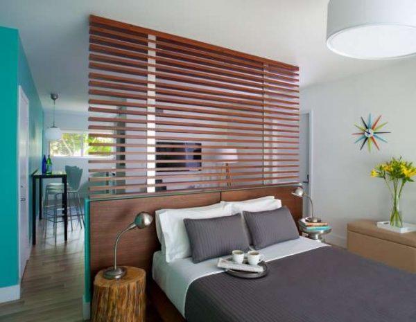 перегородка из деревянных планок в спальне-гостиной