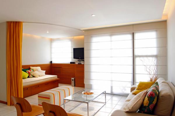 зонирование шторой в спальне-гостиной