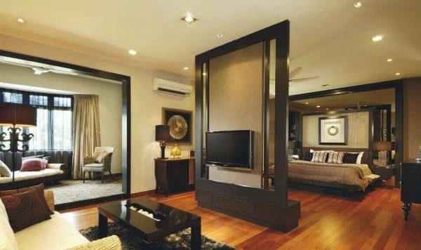 спальня с гостиной с перегородкой в центре комнаты