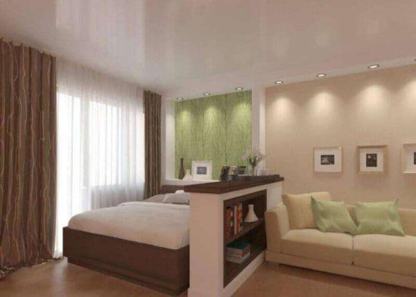 спальня с гостиной с низкой перегородкой