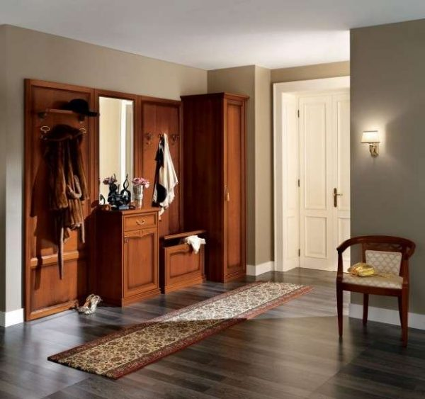Дизайн прихожей из дерева в однокомнатной квартире