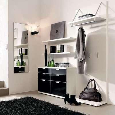белый интерьер в коридоре однокомнатной квартиры