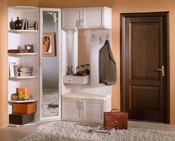 углвоой белый шкаф в коридоре квартиры