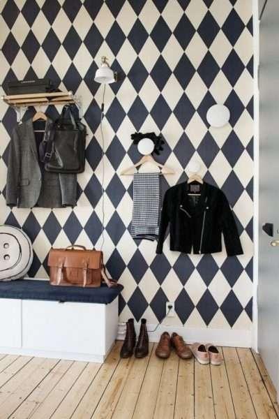 декор с узором шахматной доски в коридоре