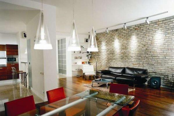диван из кожи в современной гостиной