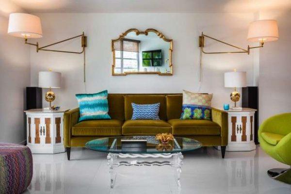 зелёный диван в современной гостиной с прозрачным столиком